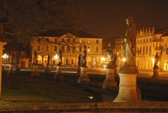 Statue and buildings in the night Stock Photography