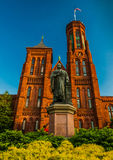 Statue and bushes in front of the Smithsonian Castle, in Washington DC Royalty Free Stock Photos