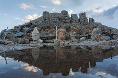 Statue cape di pietra alla montagna di Nemrut in Turchia Fotografia Stock
