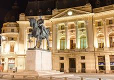 Statue Carols I und Zentralbibliothek, Bukarest stockfotografie