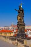 Statue chez Charles Bridge à Prague photos libres de droits