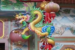 Statue chinoise colorée de dragon dans le temple photographie stock