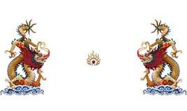 Statue chinoise colorée de dragon sur le fond blanc image stock