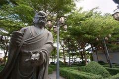 Statue chinoise dans le temple bouddhiste de jardin photographie stock