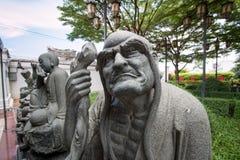 Statue chinoise dans le temple bouddhiste de jardin photos libres de droits