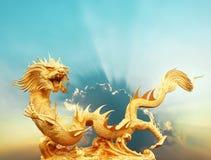 Statue chinoise de dragon d'or avec le chemin de coupure de nuage et de ciel Photos stock