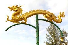 Statue chinoise de dragon sur le fond de ciel de poteau image stock