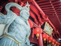 Statue chinoise de pierre de Dieu devant le temple de relique de dent de Bouddha photos libres de droits