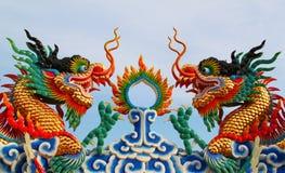 Statue chinoise jumelle de dragon image stock