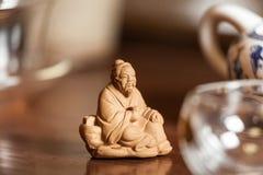 Statue chinoise sur la table en bois Photo libre de droits