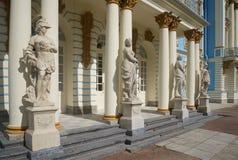 Statue classiche all'entrata a Catherine Palace Tsarskoye Selo immagini stock libere da diritti