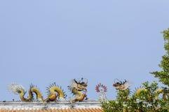 Statue colorée de dragon sur le toit Photographie stock libre de droits