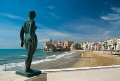 Statue contre la ville de Sitges Photo libre de droits