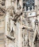 Statue décorant le mur latéral d'une cathédrale de Milan Images stock