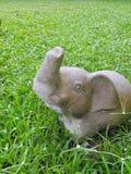 Statue d'éléphant dans la pelouse photos stock