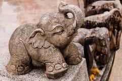 Statue d'éléphant de bébé au tombeau Photos stock