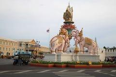 Statue d'éléphant rose sur la jonction de Sanam Luang Images stock