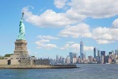 Statue d'île de liberté et d'horizon de New York City Photos libres de droits