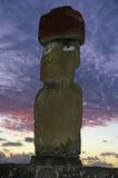 Statue d'île de Pâques au crépuscule Photographie stock libre de droits