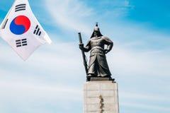 Statue d'amiral Yi Sun-Shin avec le drapeau national coréen Taegeukgi Photos libres de droits