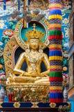 Statue d'Amitabha de plan rapproché à l'intérieur de Vihara au bouddhiste lundi de Namdroling Photos libres de droits