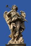 Statue d'ange avec le ciel bleu Photo stock