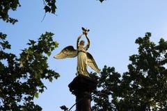 Statue d'ange avec le pigeon Photos stock