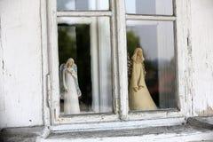 Statue d'ange dans la vieille fenêtre Photo libre de droits