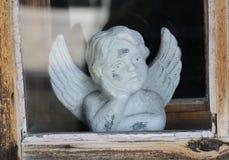 Statue d'ange dans la vieille fenêtre Photo stock