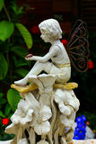 Statue d'ange dans un jardin Images libres de droits