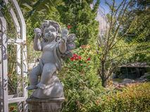 Statue d'ange de cupidon en parc Photo stock