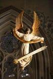 Statue d'ange tenant le signe et la comète des textes par ses jambes photo stock