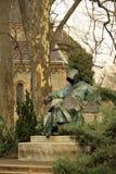 Statue d'Anonymus (auteur non identifié des contrats des Hongrois) en parc de ville de Budapest Photo stock