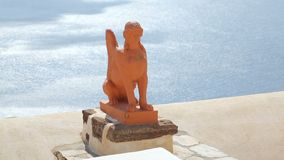 Statue d'argile du sphinx grec sur l'île de Santorini contre la mer ensoleillée bleue, tourisme banque de vidéos