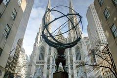 Statue d'atlas devant St Patrick Chruch Images stock