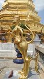Statue d'or d'Apsara en Wat Phra Kaew Bangkok Thailand images stock