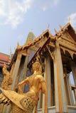Statue d'or d'un Kinnara gardant Wat Phra Kaew Images libres de droits