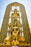 Statue d'or de Bouddha avec un éléphant de cintrage près de temple d'or Image stock
