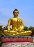 Statue d'or de Bouddha chez Lumbini - endroit bouddhiste de pèlerinage du ` s images stock
