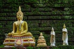 Statue d'or de Bouddha dans le temple de Wat Phan Tao en Chiang Mai, Thaïlande Photos stock