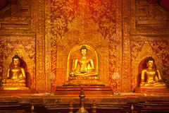 Statue d'or de Bouddha dans le temple thaï Images libres de droits