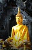 Statue d'or de Bouddha devant le temple métallique Images libres de droits