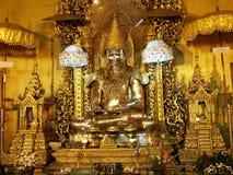 Statue d'or de Bouddha en Birmanie image libre de droits