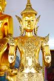 Statue d'or de Bouddha et architecture thaïlandaise d'art Image libre de droits