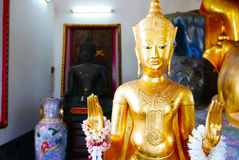 Statue d'or de Bouddha et architecture thaïlandaise d'art Photographie stock