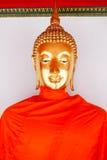 Statue d'or de Bouddha et architecture thaïlandaise d'art Images libres de droits