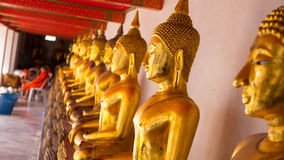 Statue d'or de Bouddha et architecture thaïlandaise d'art dans le pho de wat Image stock