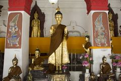 Statue d'or de Bouddha de Wat Phra Mahathat Woramahawihan dans Nakhon Si Thammarat, Thaïlande Photo libre de droits