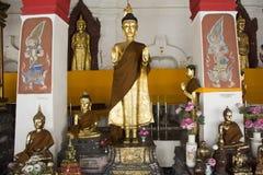Statue d'or de Bouddha de Wat Phra Mahathat Woramahawihan dans Nakhon Si Thammarat, Thaïlande Image stock