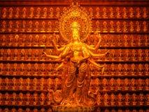 Statue d'or de déesse Guanyin chez Hainan Chine photos libres de droits